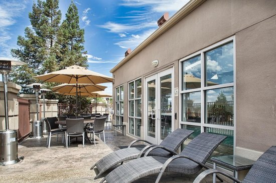 Holiday Inn Express Morgan Hill: Outdoor Patio Lounge w/ Umbrellas (Next to Indoor Pool)