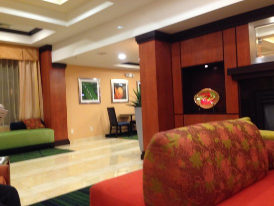 Fairfield Inn & Suites Hartford Airport: Lobby area