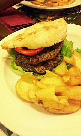 Il Caminetto Grill : Hamburger con pomodoro cipolle insalata e salsa barbecue.