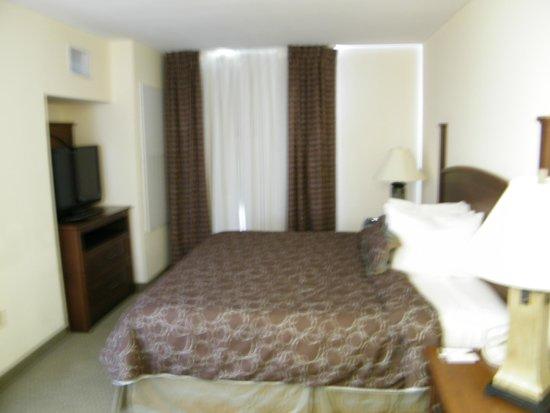 Staybridge Suites Austin Airport : King separate bedroom