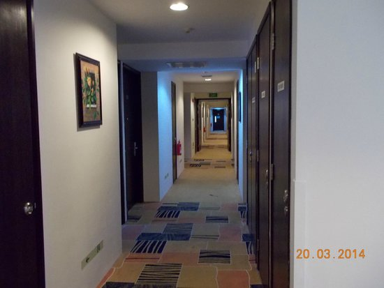 Pinnacle Hotel: hallway