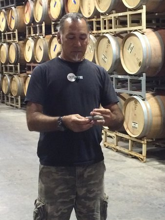 Wild Coyote Estate Winery Bed & Breakfast: Barrel room and Gianni