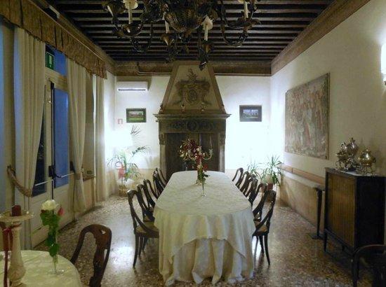 Hotel Villa Luppis: fireplace