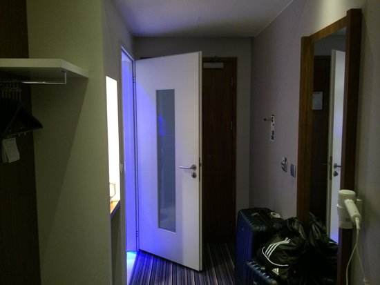 Holiday Inn Express Warsaw Airport: HIE Warsaw Double Hallway