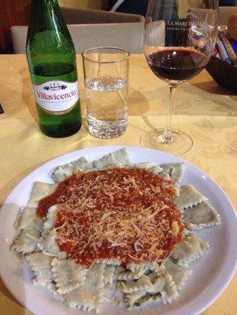 La Marchigiana : Ravioli de carne com molho bolonhesa