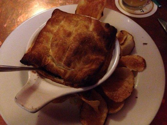 Finn's Irish Pub: Meat and mushroom pie.