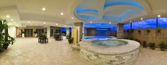 The Pinnacle Hotel and Suites: Wading Pool and Jacuzzi