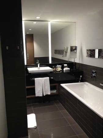 Sheraton Zürich Hotel: Bathroom with nice tub