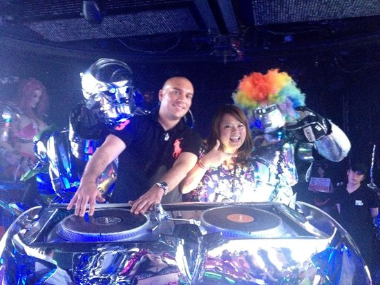 Robot Restaurant : Getting into the groove with our robot friends
