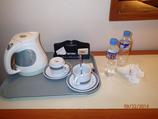 Century Park Hotel: Used coffee cup and water bottles with garbage
