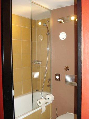 Mercure Hotel Muenchen City Center: Banheiro pequeno