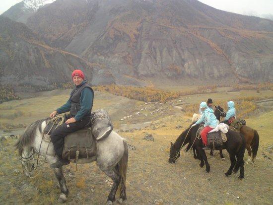 Altai Mountains: Село Аргут далеко внизу