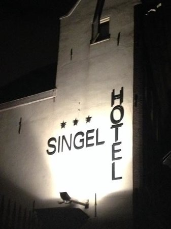 Singel Hotel: night from singel road