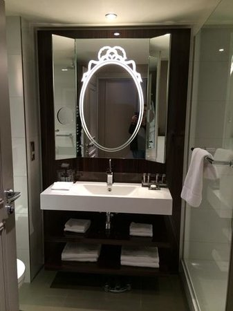 Renaissance Paris Le Parc Trocadero Hotel: beautiful bathroom