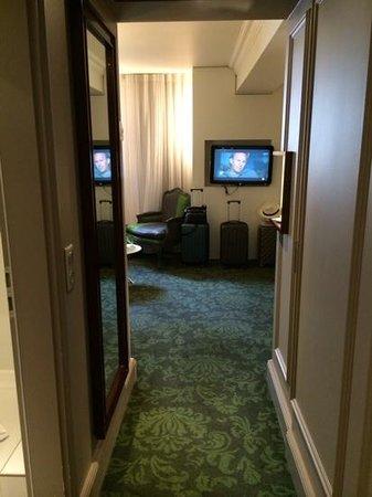 Renaissance Paris Le Parc Trocadero Hotel: hallway and tv