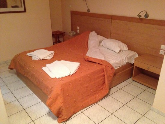 Vassilias Beach Apartments: 1970s room. Hard to see how bad the pillows & sheets are - not a bed you'd want to sleep in