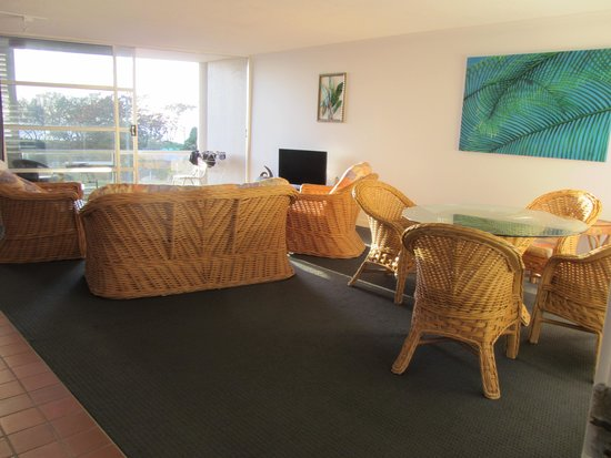 Sundeck Gardens : large lounge and deck