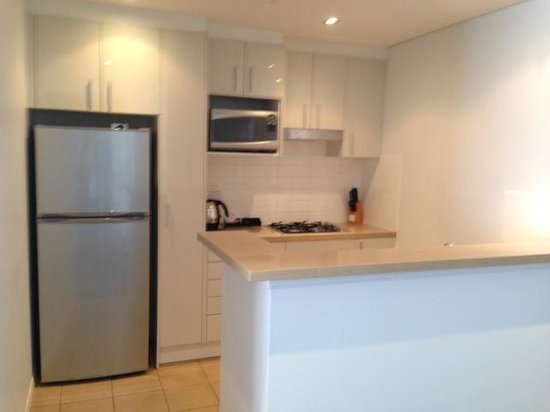 Meriton Serviced Apartments - Broadbeach: Large, well equipped Kitchen