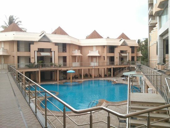 Royal Orchid Central Kireeti: Pool area