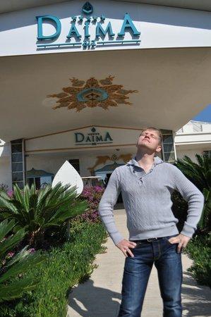 Daima Biz Hotel: крыльцо перед входом в отель