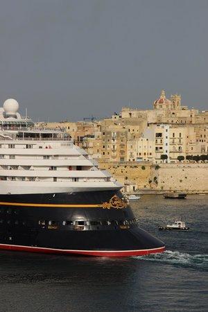 Karlito's Way: disney ship leaving port