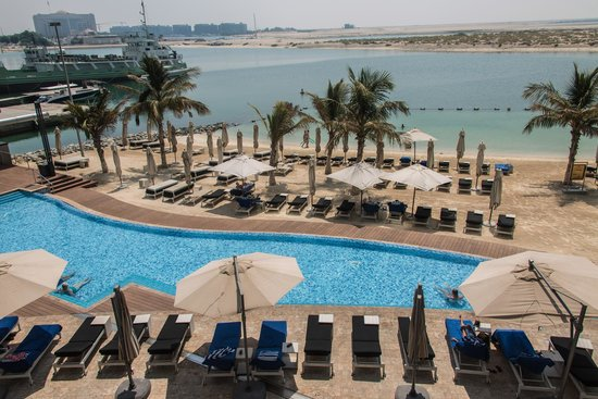 blick von der terrasse auf pool und strand picture of jumeirah at etihad towers abu dhabi. Black Bedroom Furniture Sets. Home Design Ideas