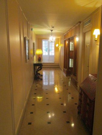 Hotel du Danube St. Germain: corridoio verso l'ascensore