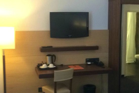 Hotel Imlauer Wien : TV and Desk