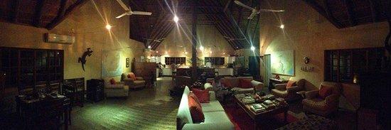 Needles Lodge : L'area comune del Lodge con in fondo la grande cucina a vista