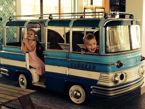 Dolphin Bay Resort : they loved playing in the restaurant's little bus!