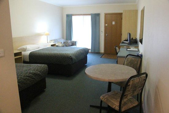 Arthur Phillip Motor Inn: Spacious room, with queen bed and second bed