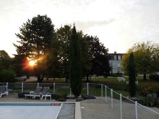 Saint-Martin-de-la-Place, Francia: Vue matinale depuis l'espace piscine