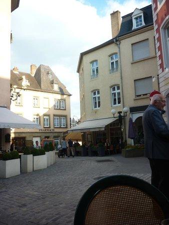 Hotel le Pavillon : algemeen zicht en begin auto vrije straat vlak bij de markt
