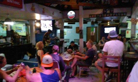 Piggy's Bar and Cafe: The guirist got the crowd involved