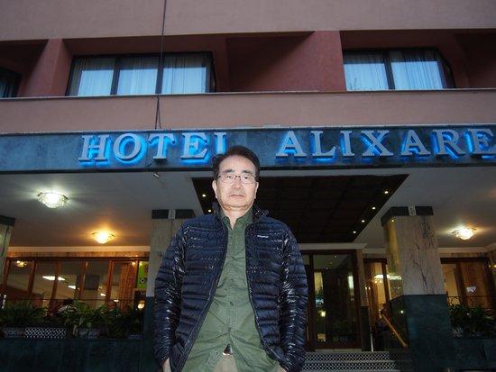 Hotel Alixares: チェックイン前、ホテル玄関で