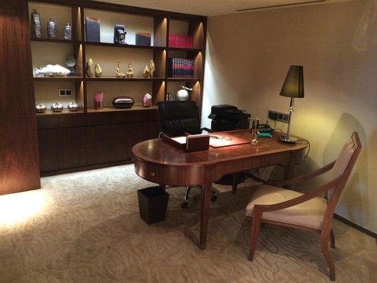 Mandarin Oriental, Jakarta: Dedicated study with fax machine and SatTV