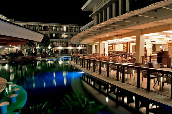 Henann Lagoon Resort: Poolside Dining