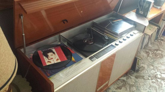 Vine Valley Inn: Vinyls in the common lounge. Vintage Tina Arena on top...