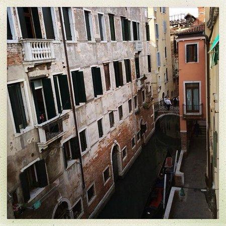 Albergo Doni: Utsikt över kanalen och där borta vid bron ligger Venedigs trevligaste restaurang.