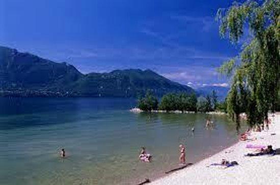 Voici la superbe vue du lac tout en hauteur sur une plate for Camping lac du bourget piscine