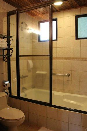 Hotel Fonda Vela: Shower, bathtub & toilet