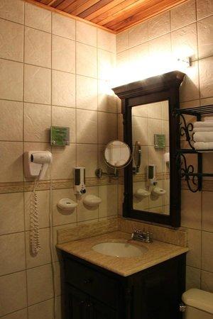 Hotel Fonda Vela: Sink & mirrors