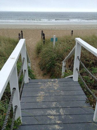 Sandpiper Beachfront Motel: Motel is on the beach.