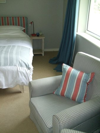The Gallivant: Room 17 - Large, pleasing beach decor, immediate outdoor access