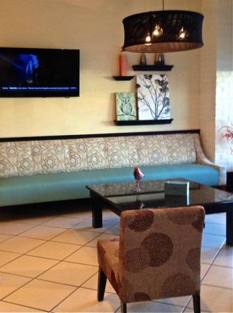 Quality Inn: LOBBY SITTING AREA