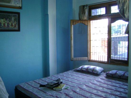 Kedar Guest House: Upper level private bath