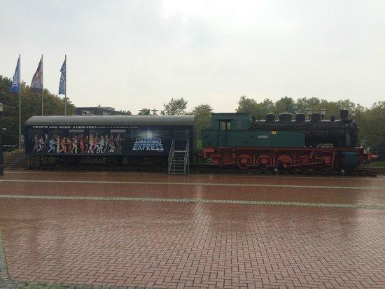 STARLIGHT EXPRESS: Ein Starlight-Express vor dem Haupteingang