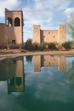 Auberge Famille Benmoro: l'auberge à gauche, vue de la piscine