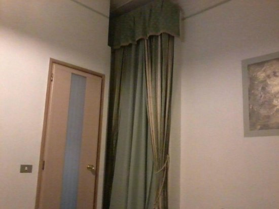 Hotel Piola: Stinking old Curtains