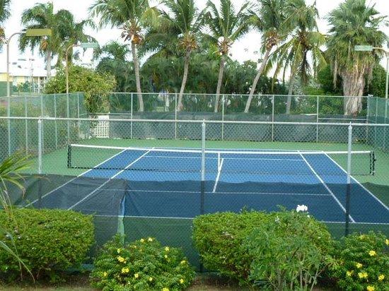 كلوب سانت كرويكس بيتش آند تنس ريزورت: Club St Croix 1 of 3 Tennis courts - 2 courts are used for condo owners vehicles while out of to